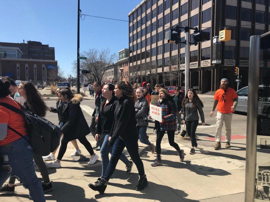 Students+walk+to+city+hall.