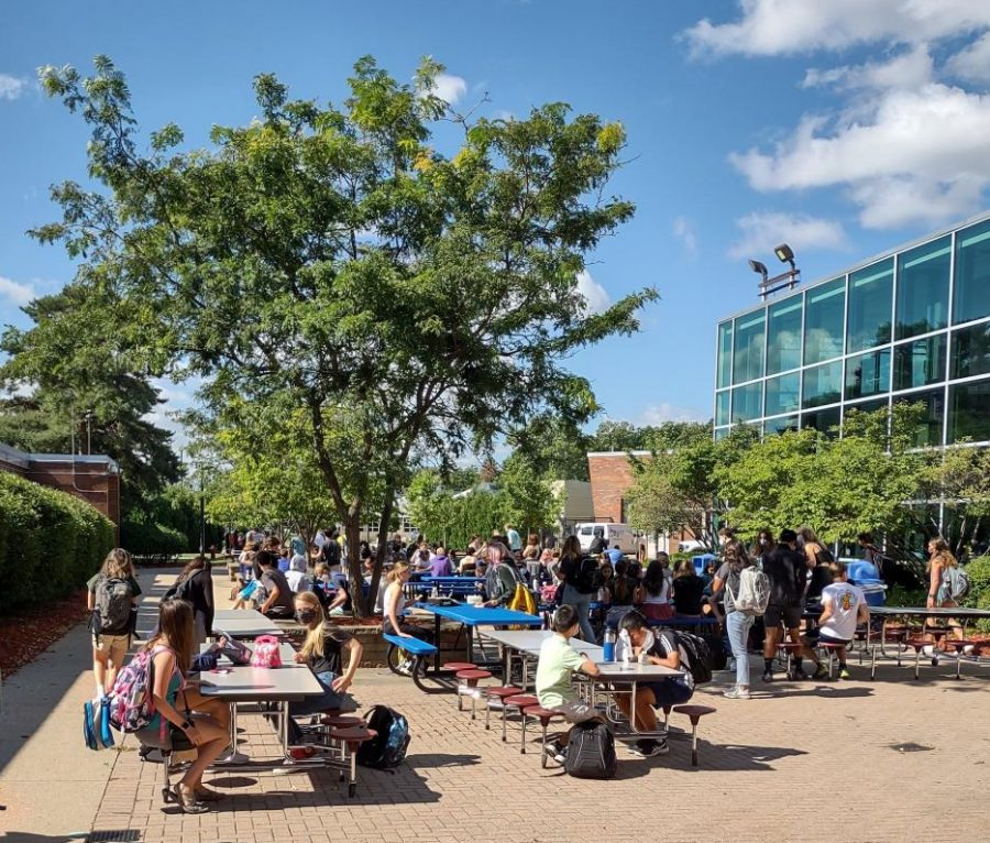 With a large number of students deciding to eat outside, social distancing has been a difficult practice both indoors and outdoors.